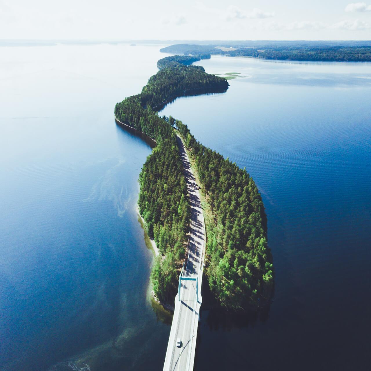Lansas - Veden ympäröimä tie
